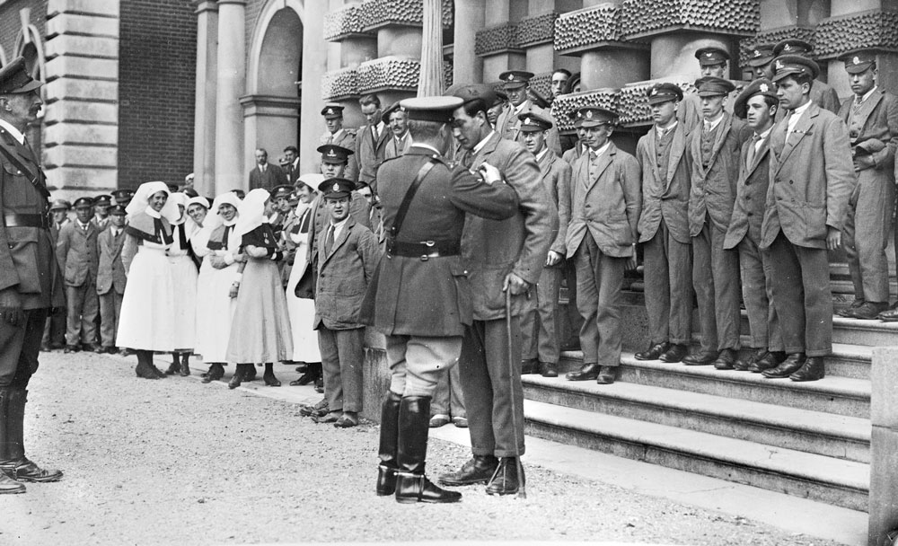 Australian Private Joe Purdue being presented with a DCM, awarded to him for service in Russia. Courtesy Australian War Memorial.
