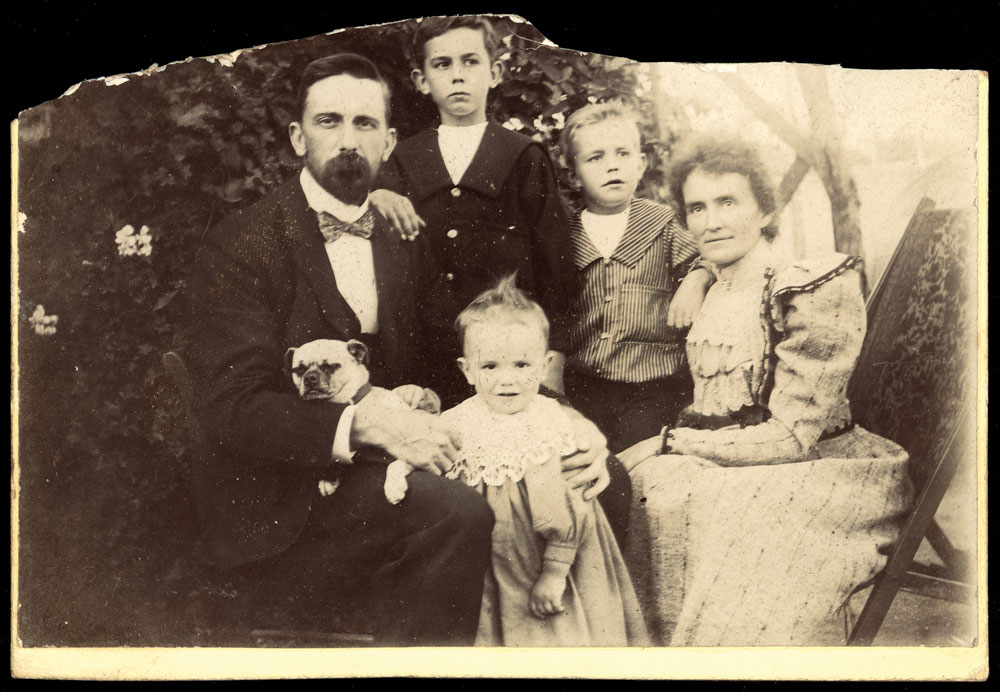 Unknown family posing for portrait, c.1890-1900. Courtesy State Library of Victoria, ID H93.62-37.
